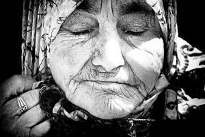 Die alte Hava Pecic, aus der Gegend von Srebrenica. Mutter und Witwe. Überlebende des Massakers. Sinnbild und Ikone für Srebrenica. Foto: Claudia Henzler   henzlerworks.com Vom Ort des Massakers. Die Fotografie entstand im Juli 2010 im Rahmen der Gedenkveranstaltung an den Vˆölkermord von Srebrenica.
